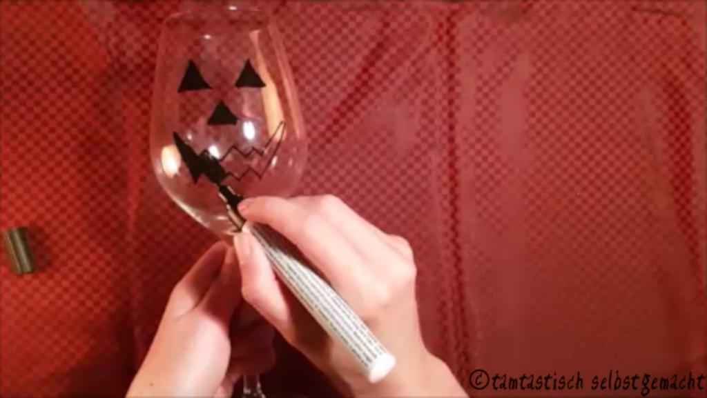 Weinglas wird mit Glasmalstift bemalt
