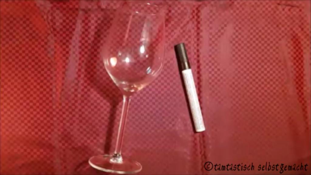 benötigtes Material um ein Glas zu bemalen: Glas und Glasmalstift