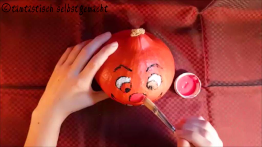 Arbeitsschritte um einen lachenden Kürbis zu Halloween zu bemalen: Nase malen