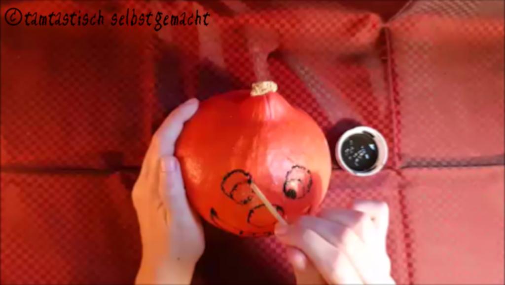 Arbeitsschritte um einen lachenden Kürbis zu Halloween zu bemalen: Augen malen
