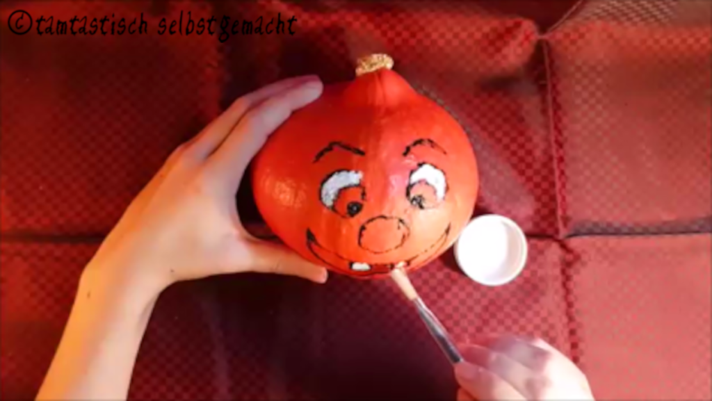 Arbeitsschritte um einen lachenden Kürbis zu Halloween zu bemalen: Mund malen